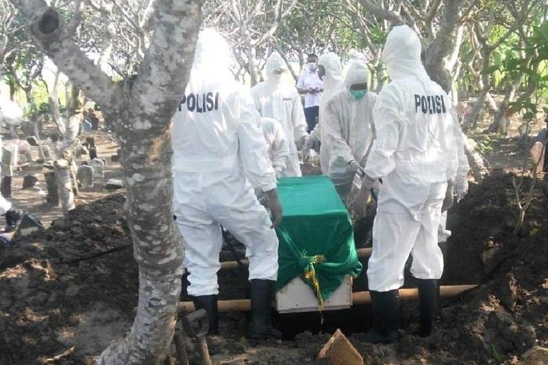 15 Personel Polres Kudus Terjun Makamkan Pasien Covid-19
