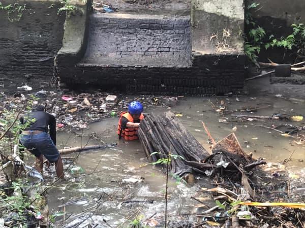 Relawan Lintas Selatan Bersih-Bersih Sungai Tegalgede Mayang