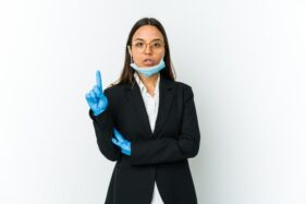 Hindari Kebiasaan Masker Diturunkan di Dagu, Ini Bahayanya