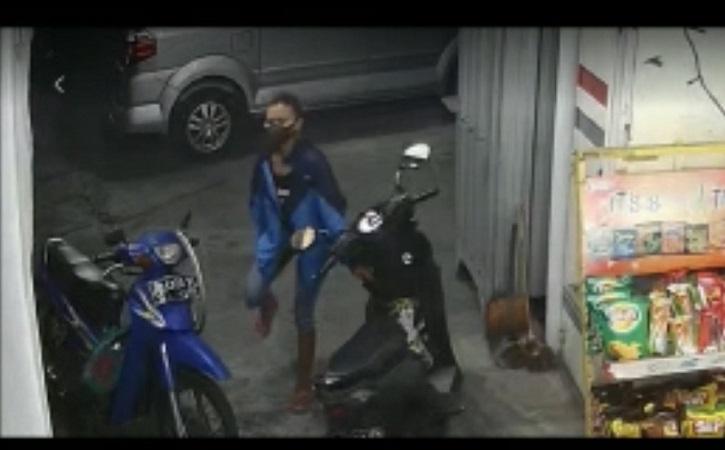 Viral Maling HP di Dasbor Motor di Parkiran Toko Pajang Solo, Perempuan Ini Buron