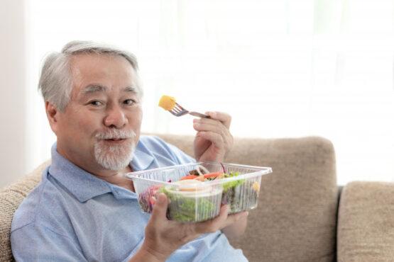 Ilustrasi lansia makan makanan bergizi. (Freepik)