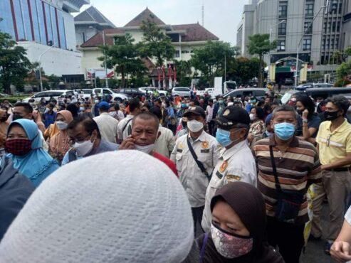 Antrean Vaksin di Kantor Gubernur Disorot, Komisi Informasi Jateng: Ngisin-Ngisini!