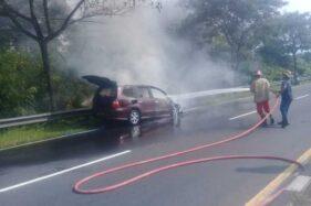 Mobil Tiba-Tiba Terbakar Saat Berhenti di Pinggir Jalan Solo-Semarang Boyolali