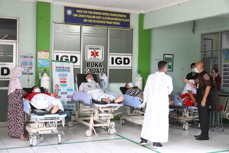 Ruang Perawatan Penuh, Pasien Covid-19 Telantar di Depan IGD RSUD Kartini Jepara
