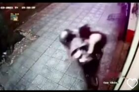 Keren! Perempuan Ini Gagalkan Aksi Pencurian, Tendang Kungfu 2 Pelaku