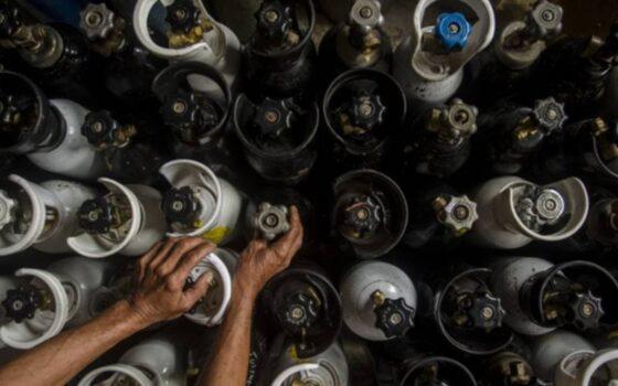 Pekerja menata tabung oksigen medis di salah satu agen isi ulang oksigen, Bandung, Jawa Barat, Kamis (24/6/2021). (Antara-Novrian Arbi)