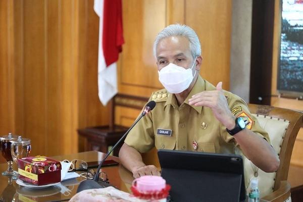 Gubernur Jateng, Ganjar Pranowo, saat memimpin rapat koordinasi penanganan Covid-19 di kantornya, Senin (5/7/2021). (Semarangpos.com-Humas Pemprov Jateng)