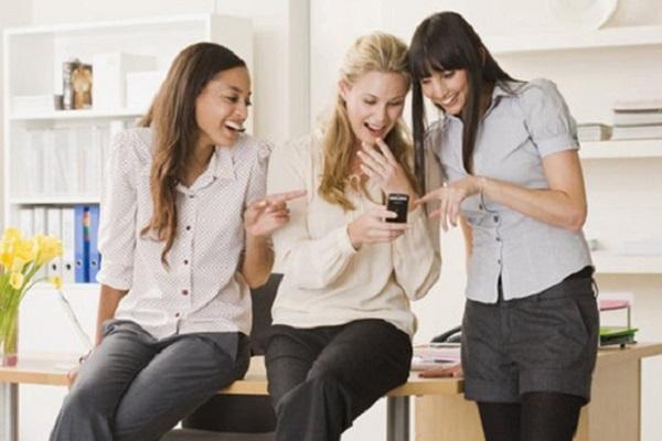 Ilustrasi bergaul dengan rekan kerja. (Popsugar.com)