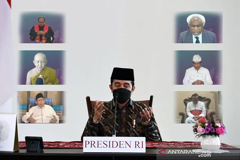 Presiden Joko Widodo dalam acara doa bersama lintas agama bertajuk #PrayFromHome: Dari Rumah untuk Indonesia yang dilaksanakan secara virtual dari Istana Kepresidenan Bogor, Jawa Barat pada Minggu (11/7/2021).  (Antara)