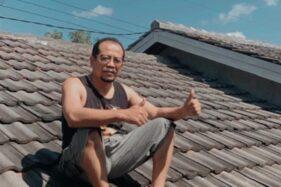 Kepala Dinas di Sragen Ini Punya Kebiasaan Nangkring di Atap Rumahnya Tiap Hari. Kenapa Sih?