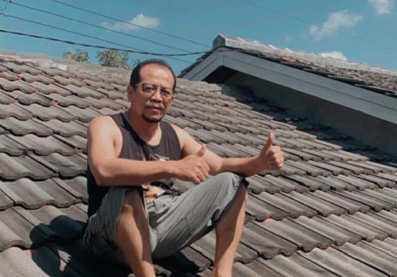 Kepala DPMPTSP Sragen Tugiyono berjemur di atap rumahnya saat melakukan isolasi mandiri, Selasa (13/7/2021). (Istimewa/Tugiyono)