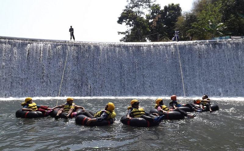 Pengunjung menikmati wahana river tubing Kali Pusur di objek wisata Watu Kapu, Desa Wangen, Kecamatan Polanharjo, Klaten, belum lama ini. (Istimewa)