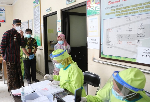 Gubernur Jateng, Ganjar Pranowo, meninjau pelaksanaan vaksinasi di Puskesmas Darma Rini, Kabupaten Temanggung, Kamis (15/7/2021). (Semarangpos.com-Humas Pemprov Jateng)