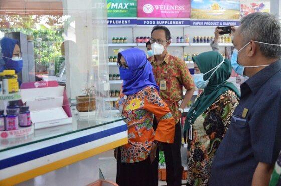 Kepala Dinas Kesehatan Kota Salatiga, Siti Zuraidah, dan Sekda Kota Salatiga, Wuri Pudjiastuti, saat meninjau ketersediaan obat di sebuah apotek di Salatiga, Rabu (14/7/2021). (Semarangpos.com-Humas Pemkot Salatiga)