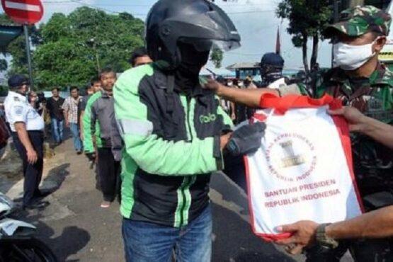 Jokowi Bilang Bantuan Beras PPKM Tak Usik Stok Pangan