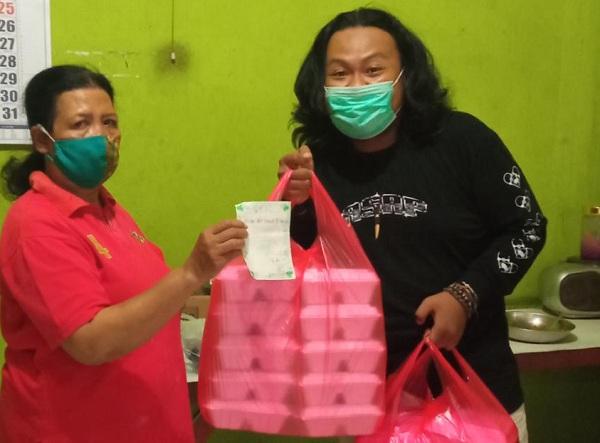 Anrico Alamsyah membeli makanan dari warung makan di Madiun dan kemudian dibagikan kepada warga kurang mampu dan pasien Covid-19 yang isoman. (Istimewa/Sewu-Sewu Ae)