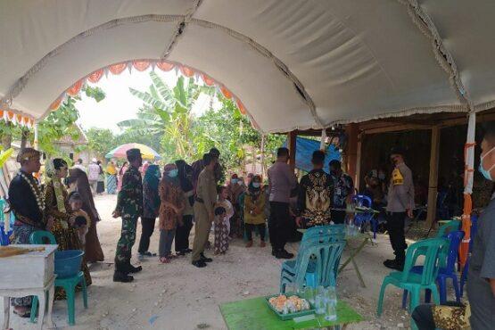 Satgas Covid-19 Kecamatan Kradenan menghentikan hajatan pernikahan yang digelar warga, Kamis (22/7/2021). (Solopos.com-Polres Grobogan)