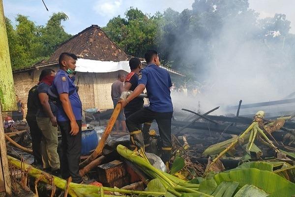 Petugas pemadam kebakaran memadamkan api yang membakar rumah warga di Jangkungharjo, Kecamatan Brati, Kabupaten Grobogan. (Solopos.com-Pemerintah Kecamatan Brati)