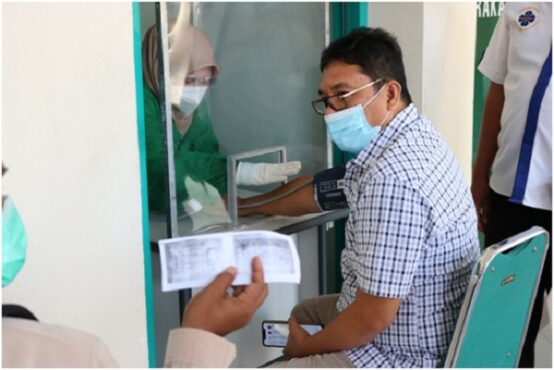 Pemeriksaan tekanan darah peserta vaksinasi hari pertama di RSIS YARSIS, Kamis (22/7/2021). (Istimewa)
