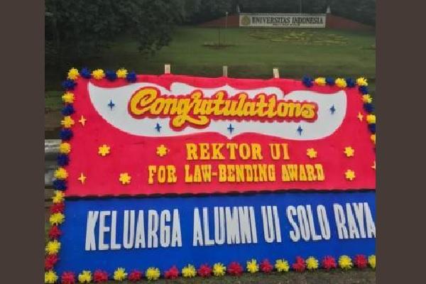 Karangan bunga dari Keluarga Alumni UI Solo Raya berisi ucapan yang menyindir Rektor UI Ari Kuncoro. (Whatapps Group)