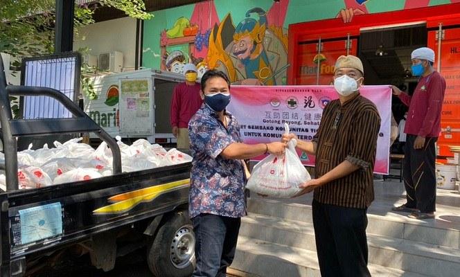 Ketua FWPJT, Damar Sinuko, saat menerima bantuan paket sembako dari Koordinator Komunitas Tionghoa Semarang, Harjanto Halim, di Kantor PT Marimas, Kota Semarang, Senin (26/7/2021). (Semarangpos.com-FWPJT)