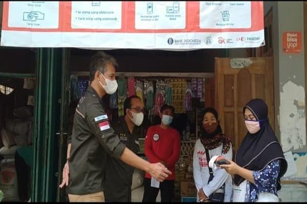 Petugas layanan BNI memeriksa kesiapan eWaroeng penyalur bansos sembako di Mondokan, Sragen, Jumat (23/7/2021). (Istimewa/BNI KC Surakarta)