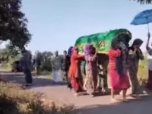 Ibu-ibu di Pasuruan menggotong keranda jenazah ke pemakaman. (Tangkapan Layar)