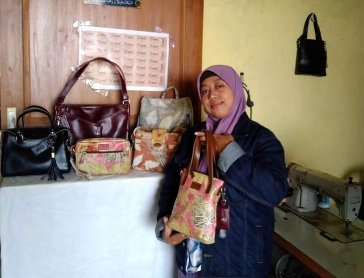 Pemilik Bingah Leather Craft, Agustina Sulistyaningrum, menunjukkan produk tas milinya di rumahnya. (Istimewa)