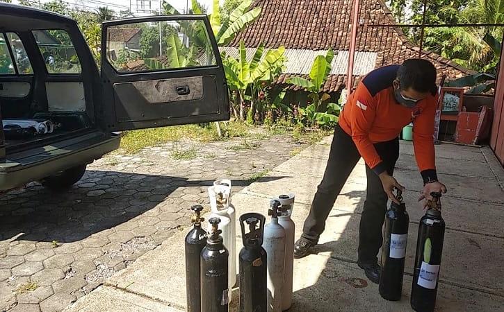 Sukarelawan tengah menyiapkan tabung oksigen yang akan diisi ulang di Yayasan Tunas Cahaya Muda Mandiri yang berlokasi di Desa Balepanjang, Kecamatan Baturetno, Wonogiri, Kamis (29/7/2021). (Istimewa)