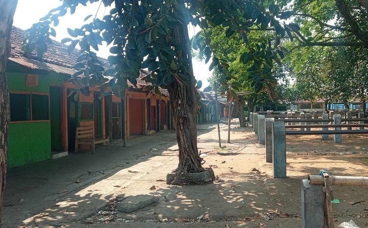 Kondisi bekas bangunan Kafe Lethong di kompleks Pasar Hewan Nglangon, Sragen, setelah dibongkar, Jumat (23/7/2021). (Solopos/Moh. Khodiq Duhri)