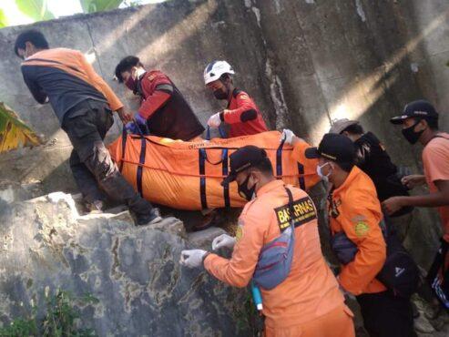 Tim gabungan Pemkab Blora mengevakuasi jenazah ODGJ yang tenggelam di DAS Bengawan Solo, Jumat (23/7/2021). (Istimewa)