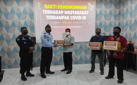 Salut! Rutan Wonogiri Bagi-Bagi Paket Sembako ke Warga Terdampak PPKM