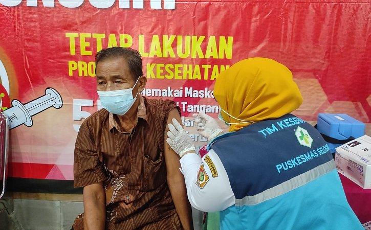 Vaksinasi kepada golongan lanjut usia atau lansia di Desa Jaten, Kecamatan Selogiri, Kabupaten Wonogiri. (Solopos.com/M. Aris Munandar)