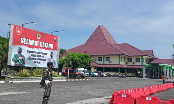 Petugas berjaga di area Asrama Haji Donohudan, Kecamatan Ngemplak, Boyolali, Sabtu (17/7/2021). (Solopos/Bayu Jatmiko Adi)