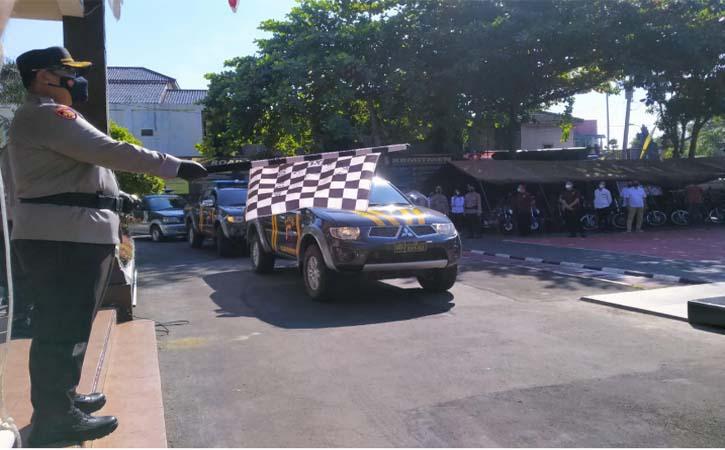 Kapolres Wonogiri, AKBP Dydit Dwi Susanto melepas rombongan mobil membawa bantuan beras di halaman Mapolres Wonogiri, Rabu (21/7/2021). (Istimewa-Humas Polres Wonogiri)