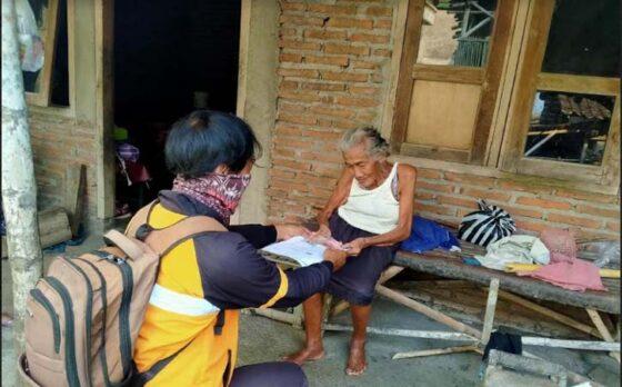 Petugas pos menyerahkan BST Mei-Juni 2021 kepada warga lansia di Sragen. (Istimewa- dok Kantor Pos Cabang Sragen)