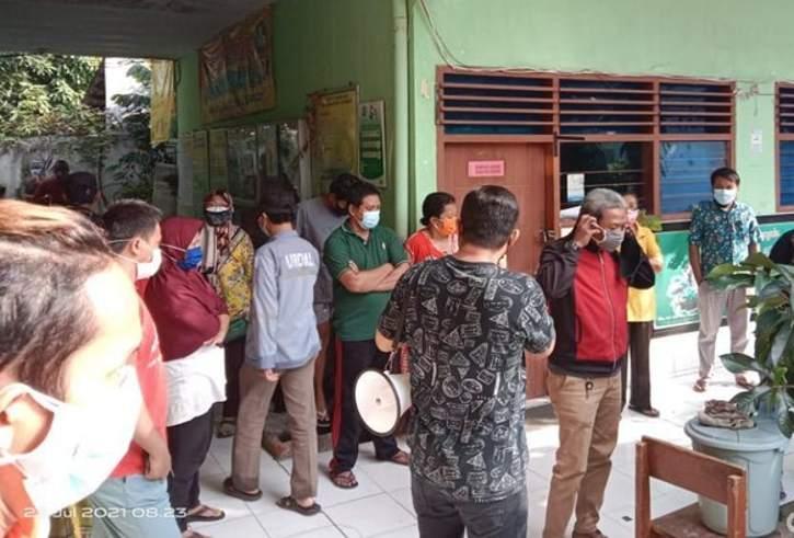 Sejumlah warga Kencanasari, Dukuh Pakis, Surabaya menggelar demo di SDN Gunungsari I, Jumat (23/7/2021). (detik.com)