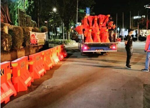 Penampakan Petugas Dishub Pasang Water Barrier Jelang Penutupan Jl Slamet Riyadi Solo