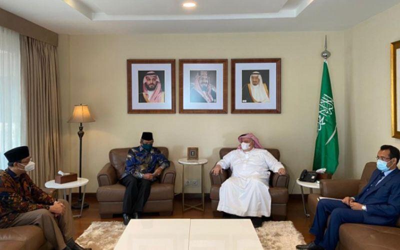 Plt Dirjen Penyelenggaran Haji dan Umrah Kemenag, Khoirizi, ber silaturahmi ke Kedubes Arab Saudi (Dok Kemenag)