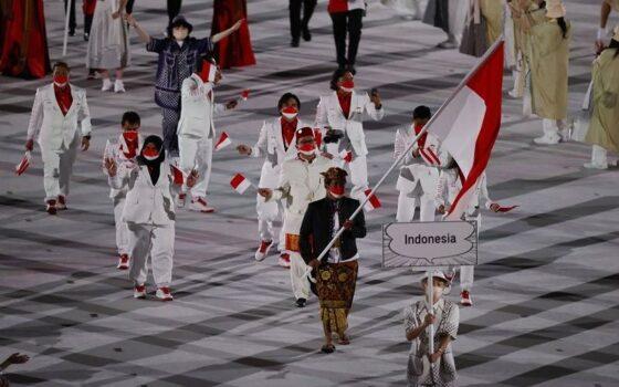 Rio Waida memimpin defile atlet Indonesia di Olimpiade Tokyo 2020. (Reuters)
