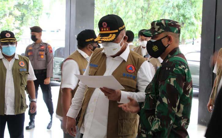 Kepala BNPB, Letjen TNI Ganip Warsito, mengecek tempat isolasi terpusat di GOR Gelarsena Klaten, Rabu (28/7/2021). (Solopos-Taufiq Sidik Prakoso)