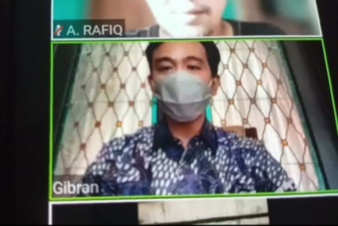 Wali Kota Solo Gibran Rakabuming Raka mengadakan konferensi pers via Zoom setelah terkonformasi positif Covid-19, Rabu (14/7/2021). (Solopos/Kurniawan)