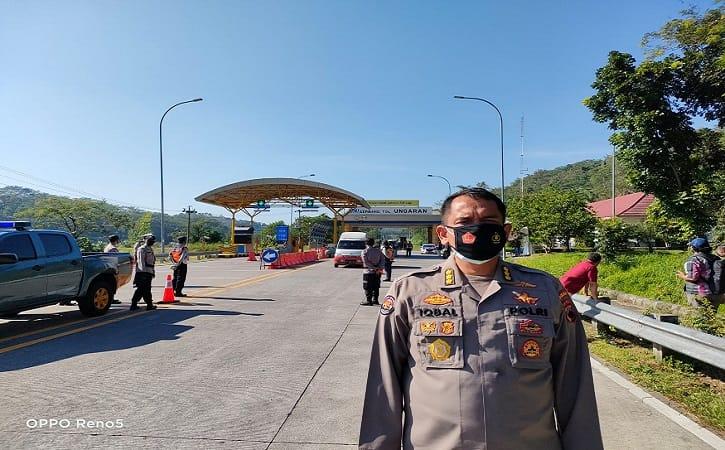 Kabid Humas Polda Jateng, Kombes Pol. M. Iqbal Alqudusy, meninjau penyekatan di Exit Tol Ungaran, Sabtu (17/7/2021). (Semarangpos.com-Bidhumas Polda Jateng)