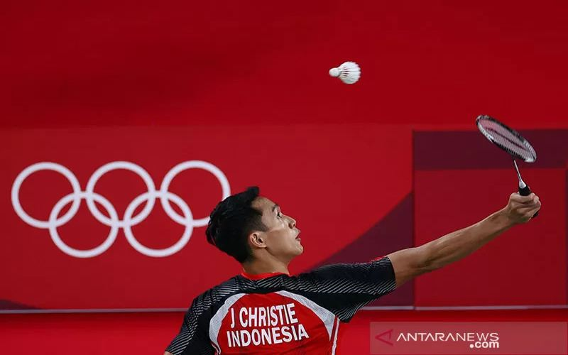 Pebulu tangkis Indonesia, Jonatan Christie, mengembalikan bola ke arah Aram Mahmoud dari Tim Olimpiade Pengungsi (ROT) pada babak penyisihan tunggal putra Grup G Olimpiade Tokyo 2020 di Musashino Forest Sport Plaza, Tokyo, Jepang (24/7/2021). (ANTARA/REUTERS/Leonhard Foeger/aa)
