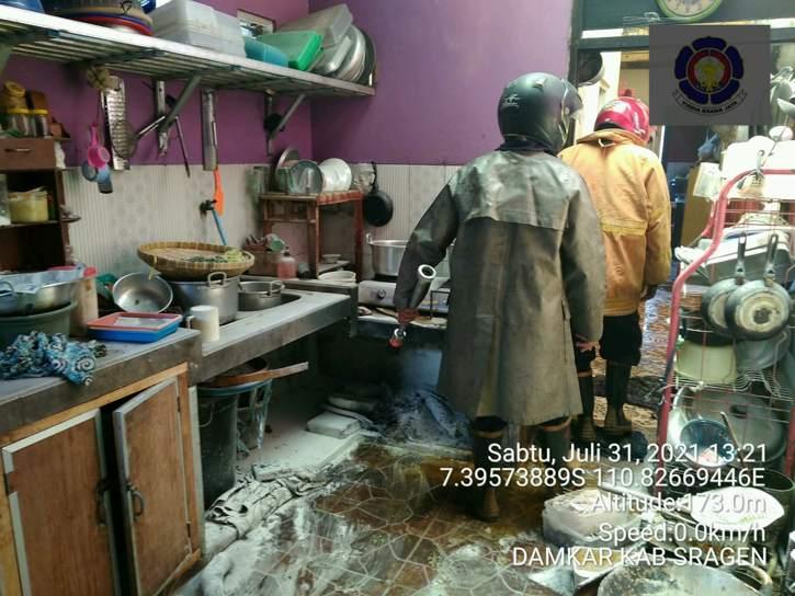 Kondisi dapur rumah warga Kwangen, Gemolong, Sragen, yang terbakar akibat kebocoran gas elpiji ukuran 3 kg, Sabtu (31/7/2021). (Istimewa/Dinas Satpol PP dan Damkar Sragen)