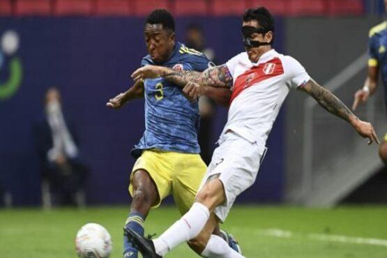 Pemain Kolombia Oscar Murillo (kiri) dan pemain Peru Gianluca Lapadula berebut bola dalam laga perebutan tempat ketiga Copa America 2021 di Stadion Garrincha, Brasil, Sabtu (10/7/2021) pagi WIB. (Evaristo SA/AFP)