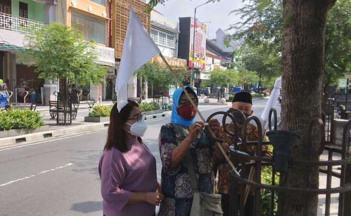 Pedagang di kawasan Malioboro memasang bendera putih tanda berkabung di masa penerapan PPKM level 4, Jumat (30/7/2021).(Harian Jogja/Yosef Leon)