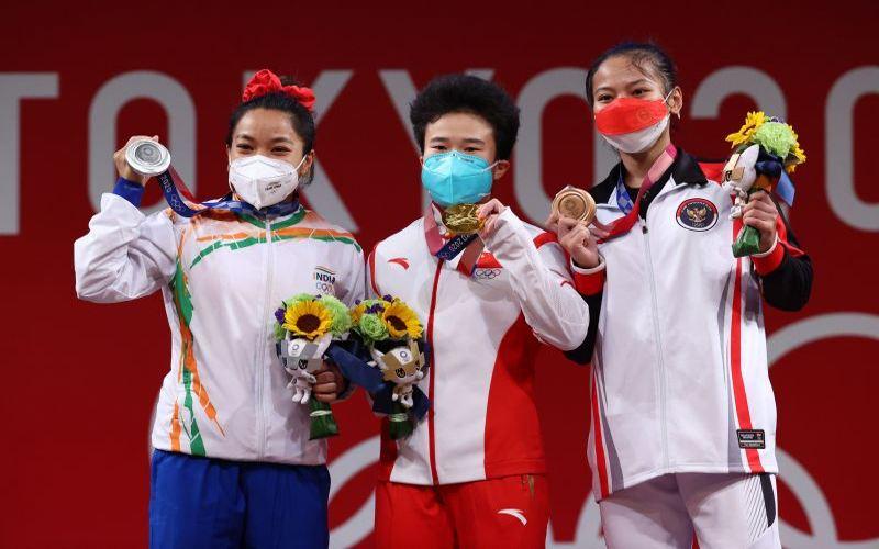 Windy Cantika Aisah (kanan) meraih medali perunggu di Olimpiade Tokyo 2020. (Reuters)