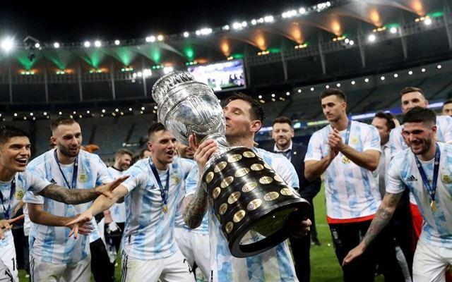 Lionel Messi mencium trofi Copa America 2021 seusai Argentina mengalahkan Brasil, Minggu (11/7) pagi WIB. (Reuters)