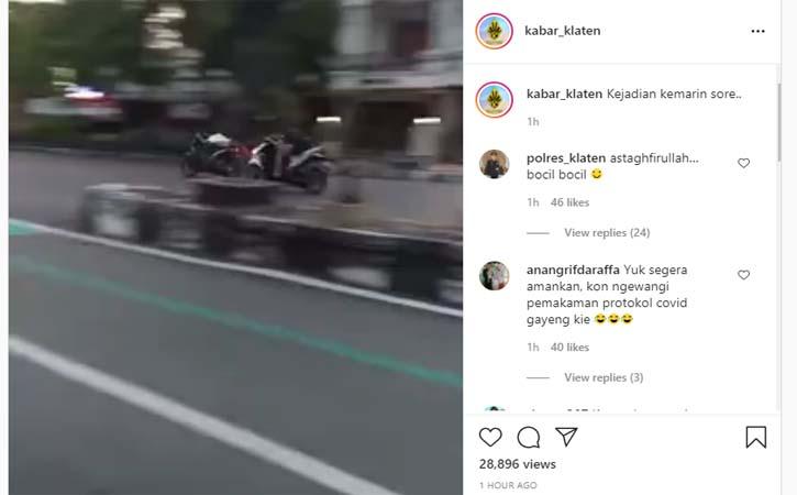 Tangkapan layar video 2 pengendara motor ugal-ugalan. (Instagram-kabar_klaten)